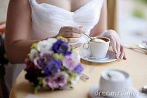 bride-drinking-coffee-18292875
